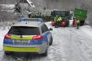 Mit dem Orkantief folgte mancherorts auch der Wintereinbruch, wodurch der Verkehr zum Erliegen kam. (Foto: Polizei)