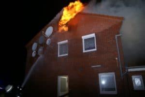 Der Dachstuhl eines Obdachlosenheims zündet durch. Die Feuerwehr konnte gerade noch rechtzeitig zwei Bewohner über eine Steckleiter retten. (Foto: Thomas Weege)
