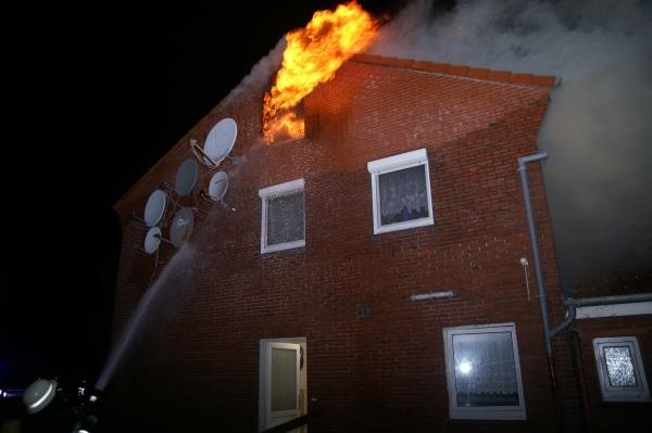 Der Dachstuhl eines Obdachlosenheims zündet durch. Die Feuerwehr konnte gerade noch rechtzeitig zwei Bewohner über eine Steckleiter aus dem Haus retten. (Foto: Thomas Weege)