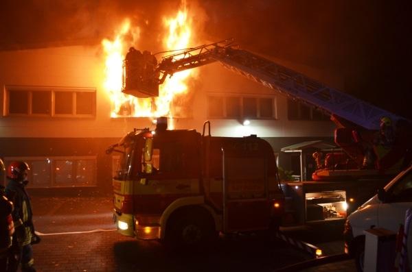 Ein Bürotrakt steht nach einer Durchzündung in Brand. (Foto: Feuerwehr Ratingen)