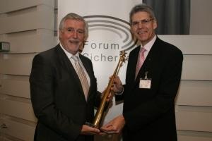 Lutz Kettenbeil und Hans Graulich (rechts) präsentieren den neuen Pokal zum FUK-Präventionspreis, der den Griff zu den Sternen symbolisieren soll. (Foto: Holger Bauer)