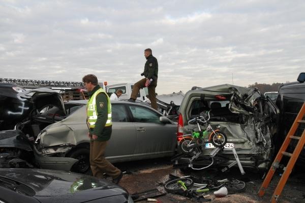 """Im dichten Nebel kaommt es auf der A 31 zu einer Massenkarambolage. """"Unfallakte"""" analysiert den Unfallhergang. (Fotos: Vox)"""