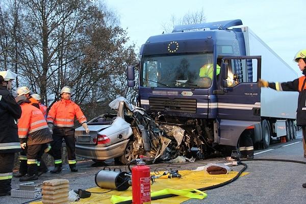Unfall auf der B 12 bei Biessenhofen. Ein 41-jähriger Autofahrer starb. Foto: new-facts.eu