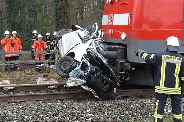 Unfall am Bahnübergang in Kluse (NI): Von dem Opel Corsa blieb nach der Kollision mit einem Regionalexpress nur ein Blechknäuel. Foto: Lindwehr