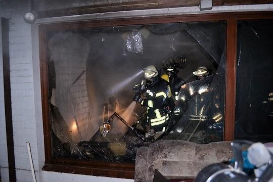 Brand in Buxtehude. Ein Atemschutztrupp führt Nachlöscharbeiten aus. Foto: Polizei