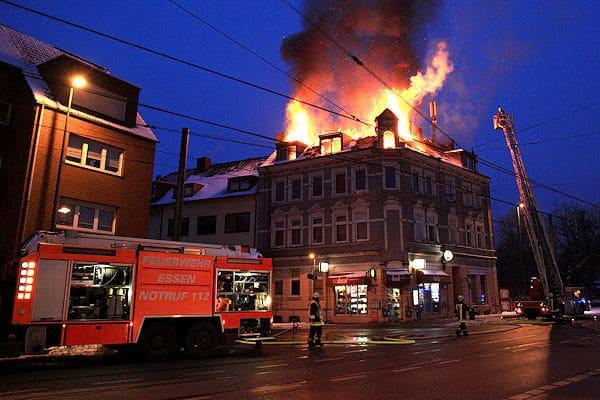 Dachstuhlbrand zerstört Wohn- und Geschäftsgebäude im Essener Stadtteil Karnap. Foto: Feuerwehr Essen