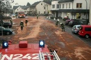 Mehrere Tonnen Bindemittel verbraucht die Feuerwehr Herdecke um ausgelaufenen Dieselkraftstoff abzubinden. (Foto: Feuerwehr Herdecke)