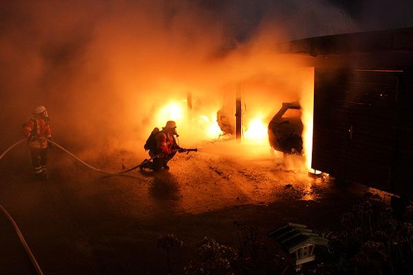 Brand in Fleestedt (Seevetal) bei Hamburg: ein Carport und drei Fahrzeuge gehen in Flammen auf. Foto: Köhlbrandt/Feuerwehr