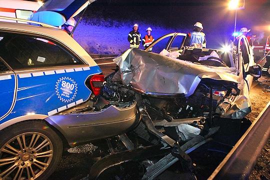Schwerer Unfall auf der B 14 bei Fellbach. Ein Ford Focus ist gegen einen Streifenwagen gefahren, der eine Unfallstelle absicherte. Foto: Benjamin Beytekin