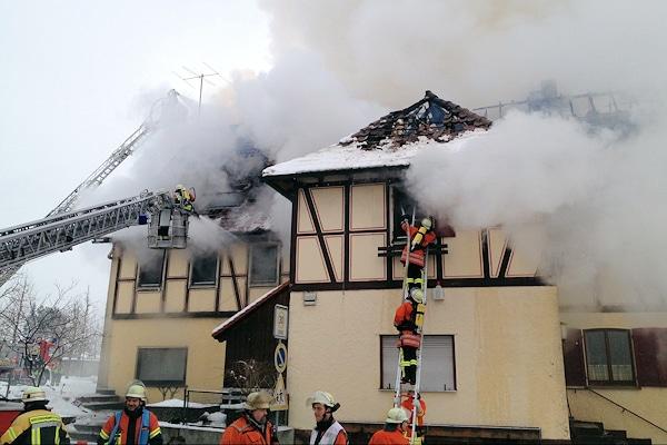 Brand in Deckenpfronn: Das Feuer zerstörte den Dachstuhl eines Gasthauses nahzu vollständig. Foto: 7aktuell.de