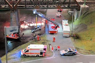 Zusammen mit der Feuerwehr bergen Einsatzkräfte der DLRG einen im Wasser unter einer Eisenbahnbrücke versunkenen Pkw. Foto: DLRG
