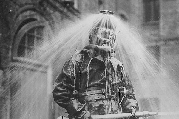 """Kopf vermessen? Früher undenkbar! Der """"Rauchhelm"""" mit Selbstschutzeinrichtung galt einst als moderne Technik. Foto: Archiv"""