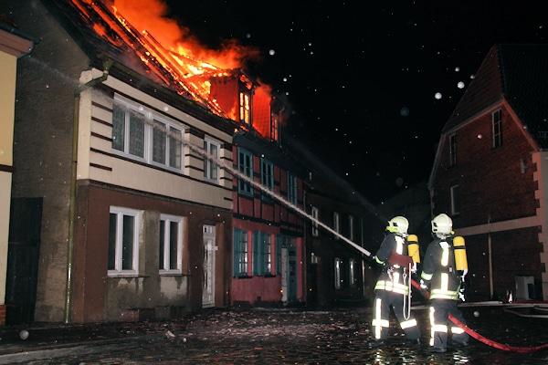 Großbrand in Röbel/Müritz: die Feuerwehr bekämpft einen offenen Dachstuhlbrand. Foto: Radtke