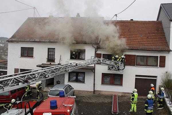 Brand in Hangard: Die Einsatzstelle befindet sich unmittelbar neben dem Gerätehaus der freiwilligen Feuerwehr. Foto: Christopher Benkert