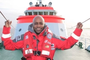 """Mit einem verschmitzten Lächeln präsentiert sich Yared Dibaba als ehrenamtlicher """"Bootschafter"""" der Seenotretter. (Foto: DGzRS) 3"""