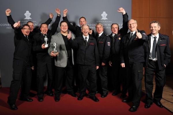 So sehen Sieger aus. Die Kameraden der Freiwilligen Feuerwehr Detmold bei der Preisverleihung mit Olympiasieger Matthias Steiner. (Foto: Iveco Magirus)