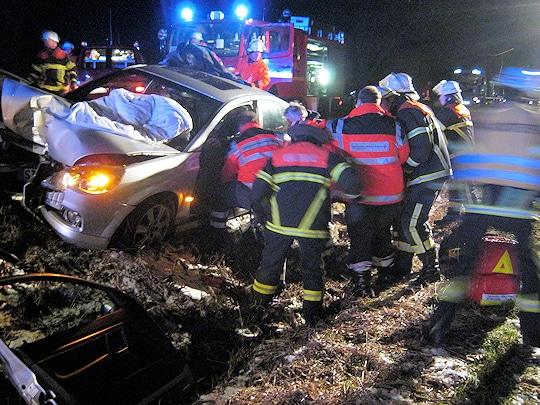 Unfall bei Jork: Die Feuerwehr Borstel befreit einen eingeklemmten Autofahrer. Foto: Polizei