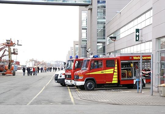 Archivfoto: Fahrzeuge der Werkfeuerwehr auf dem Gelände der Meyer-Werft in Papenburg.  In der Werft ist am Dienstagnachmittag ein Brand ausgebrochen. Foto: Privat