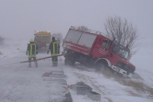 Verunfalltes Feuerwehrfahrzeug: ein Rüstwagen ist bei einer Fahrt zu einem Unfallort von der Fahrbahn abgekommen. Foto: Neubert/Feuerwehr