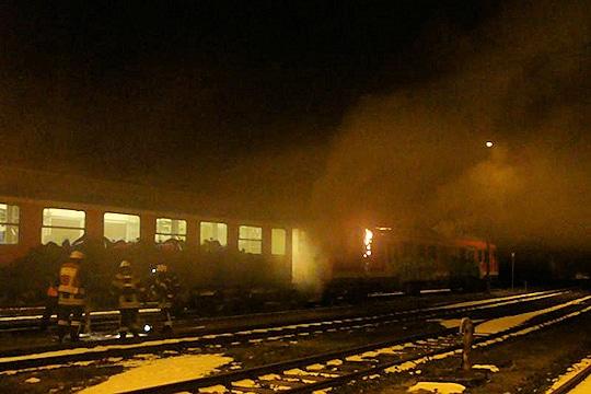 Brennender Zug im Bahnhof Flensburg: das Feuer in der Regionalbahn war am späten Montagabend entdeckt worden. Foto: Polizei