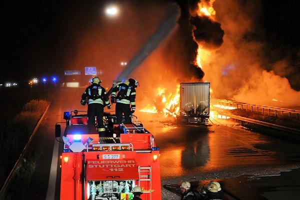 """Unfall auf der A8 bei Stuttgart-Degerloch. Die """"Unfallakte"""" bei VOX analysiert den Unfall. Foto: Feuerwehr Stuttgart"""