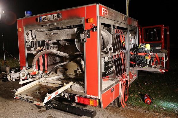 Feuerwehrfahrzeug gerät in Brand: Das TSF-W der Feuerwehr Dörrsteinbach geriet während einer Übung in Brand. Das Feuer wurde durch die Tragkraftspritze verursacht. Foto: Ralf Hettler