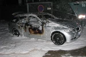 Diesen silbernen BMW setzen Räuber in Frankfurt in Brand, nachdem sie ihn bei einem Raubüberfall in Mainz entwendeten. (Foto: Polizei)