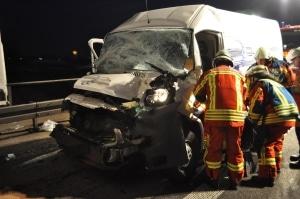 Dieser Kastenwagen prallte auf einen vorausfahrenden Lkw. Beide Insassen erlitten schwere Verletzungen. (Foto: Feuerwehr Bruchsal)