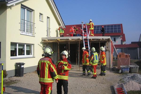 Unfall auf einer Baustelle in Bruchsal. Die Feuerwehr rettet einen verletzten Arbeiter. Foto: Czemmel/Feuerwehr