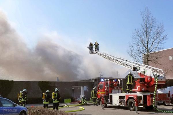 Brand in Geilenkirchen. Das Feuer zerstörte eine Sauna und ein Schwimmbad. Foto: Ralf Roeger