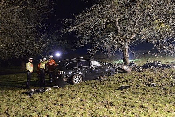 Tödlicher Unfall nahe Berglen (bei Winnenden). Einsatzkräfte inspizieren das Unfallwrack. Foto: 7aktuell.de/Eyb