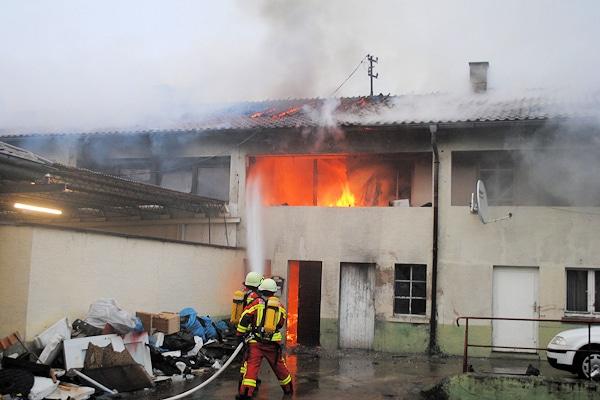 Brand in der Durlacher Straße in Bruchsal. Ein Zimmerbrand hat sich erheblich ausgebreitet. Foto: Czemmel/Feuerwehr