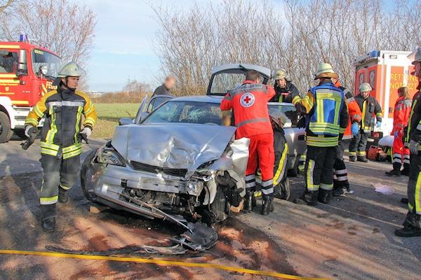 Unfall bei Verfolgungsjagd bei Schwarzenbek: Einsatzkräfte versorgen die Verunfallten. Foto: Timo Jann