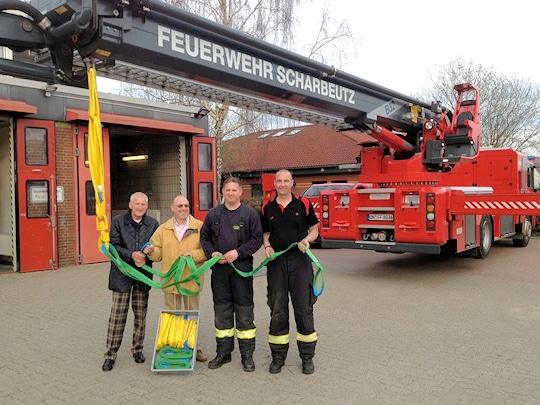 Spendenübergabe in Scharbeutz: der Dorfvorstand hat Kranzubehör für die Feuerwehr gestiftet. Foto: Feuerwehr