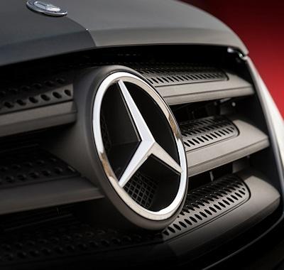 Im Stil der aktuellen Designlinie von Mercedes-Benz wurde unter anderem auch der Kühlergrill angepasst. Foto: Mercedes-Benz