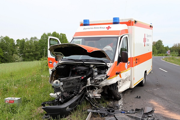 Tödlicher Unfall bei Schöllkrippen. Dieser Rettungswagen wurde schwer beschädigt. Foto: Hettler