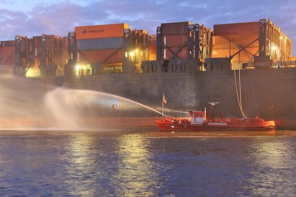 Großeinsatz im Hamburger Hafen: Jetzt wurde öffentlich, dass der unter Deck brennende Frachter Atlantic Cartier auch brisante Stoffe geladen hatte, von denen aber nach Feuerwehrangaben keine Gefahr ausging. Foto: Timo Jann