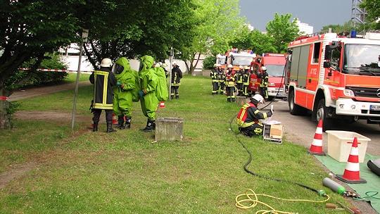 Chlorgas tritt im Römerbad in Bonn aus. Ein CSA-Trupp geht vor. Foto: Feuerwehr Bonn