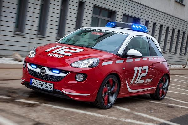 Opel Adam in Feuerwehr-Version, ausgestattet mit Sondersignal-Balken sowie Fronblitzern. Foto: Opel