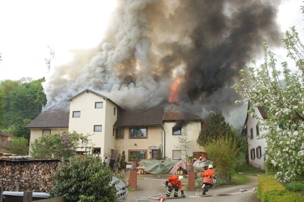 Großbrand im Kreis Lörrach. Ein Mehrfamilienhaus steht in Rheinfelden in Flammen. Foto: Polizei