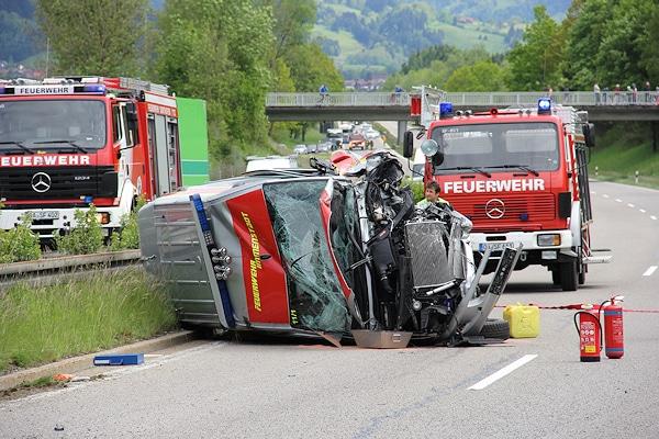 Tödlicher Geisterfahrer-Unfall auf der B 19: ein Pkw war frontal gegen ein Mehrzweckfahrzeug der Feuerwehr geprallt. Pöppel/new-facts.eu