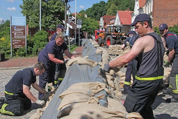 Vorbereitung auf das Hochwasser in Lauenburg: Feuerwehrleute bereiten einen Damm vor. Foto: Timo Jann