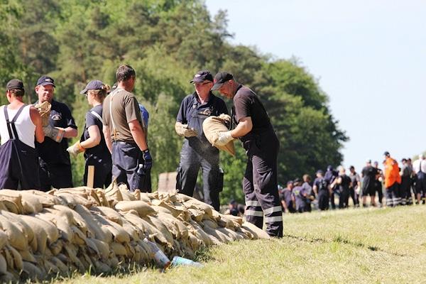 Kräfte der Kreisfeuerwehr des Heidekreises beim Aufschichten von Sandsäcken in Dannenberg. Foto: Führer/Feuerwehr