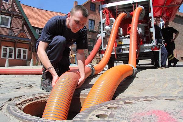 Der Versuch die Altstadt von Lauenburg vor einer Überflutung mit Pumpen zu retten, musste am Montagnachmittag aufgegeben werden. Foto: Timo Jann