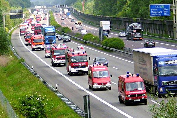 Konvoi mit Feuerwehrfahrzeugen aus Nordrhein-Westfalen auf der Rückreise nach einem überörtlichen Katastropheneinsatz. Foto: Feuerwehr Essen