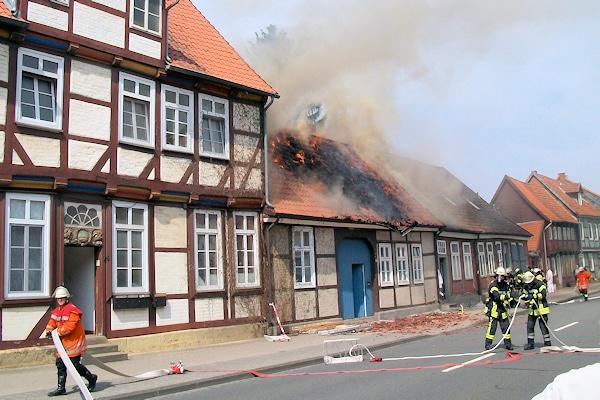 Brand in der Altstadt von Celle. Der Löschangriff wird vorbereitet. Foto: Polizei