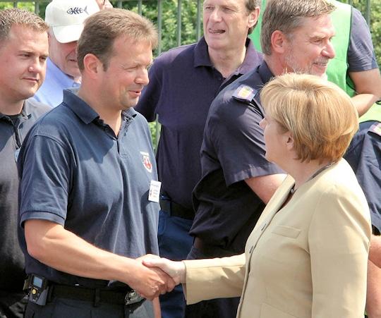 Lauenburgs Feuerwehrchef Lars Heuer begrüßte am Mittwoch Bundeskanzlerin Angela Merkel im Einsatzgebiet. Foto: Timo Jann