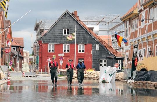 Das Hochwasser der Elbe sorgt in Lauenburg noch immer für einen Ausnahmezustand. Durch die Regenwasserkanalisation ist die Elbstraße auch hinter den Verteidigungswällen voll Wasser gelaufen. Foto: Timo Jann