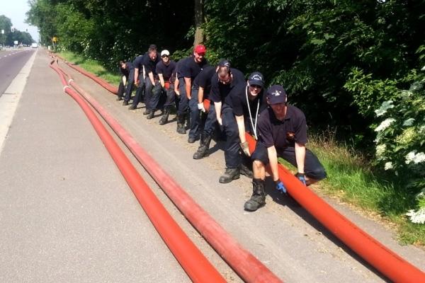 In Magdeburg ist nach der großen Flutkatatstrophe immer noch überörtliche Hilfe gefragt. Hier bauen Kräfte der Feuerwehr Essen eine dreifache Förderleitung mit A-Druckschläuchen auf. Foto: Feuerwehr Essen