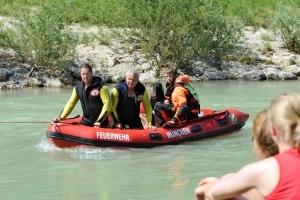 Mit einem Schlauchboot rettet die Berufsfeuerwehr München ein Mädchen von einer Insel in der Isar. Foto: Feuerwehr München